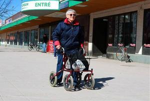 Karin Svanberg kan tack vare sin rullator både handla och ta promenader.