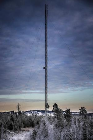 Den här masten restes för några år sedan i byn Ringsta. Norderåsen syns i bakgrunden. Nu är det bra mobiltäckning i byn och även 3G fungerade när ÖP åkte genom byn.