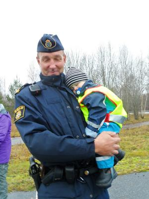 Albin Oskarsson, 15 månader, sover tryggt i Mikael Liljekvists famn.