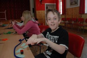 TRICKS. Felix Hallgren, 11 år, Orsbo, visar fingerfärdighet med trollstaven.