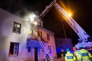 Boende evakueras från ett bostadshus på Kungsgatan sedan källaren och trapphuset rökfyllts.