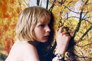 Oskar knackar meddelanden till sin nya granne, flickan Eli som är konstig och luktar illa, men som är hans bästa vän.