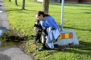 Kerstin Lenndahl med hunden Jackson tar sig en paus under färden.
