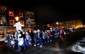 Flera hundra barn, föräldrar och skolpersonal deltog i demonstrationståget, mot de planerade besparingarna inom skola, barnomsorg och vård.