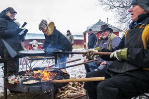 Besökarna kunde köpa kolbullar av kolbullegräddarna Alf Lööv från Krokom närmast kameran och Sven-Olof Johansson och deras fruar Gunilla Lööv och Rose-Marie Öhrling.