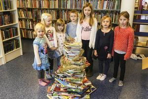 Stina, Vilma, Flora, Walter, Wera, Ida och Iris byggde bokgranen tillsammans.
