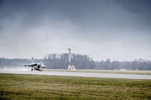 Brasilien köper Jas Gripen-plan och som ett led i det är två brasilianska piloter i Sverige och tränar på Skaraborgs flygflottilj F7 i Såtenäs.