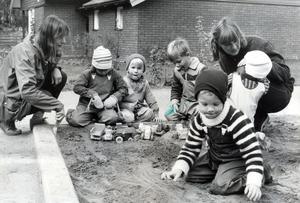 Barnskötare Leni Sundmark och föräldern Sussie Westermark tillsammans med några av barnen i sandlådan på Hyacintens dagis.