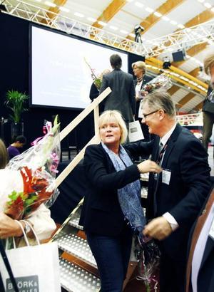 Messing på mässa. När Företagarforum inleddes i går var Ulrica Messings budskap att man ska våga misslyckas och våga satsa nytt. Här tackas hon av Företagarforums projektledare Tomas Roslund.