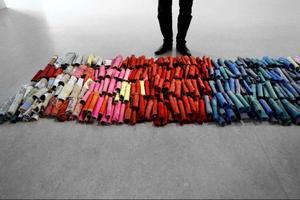 De hundratals rullarna av papper och tyg representerar alla skrifter som aldrig skrevs och alla bonader som aldrig hittats.
