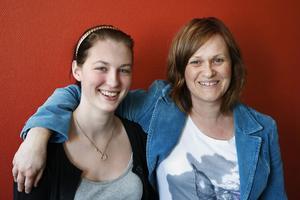 Nu gör Karin Johansson, till höger, allvar av sin idé att låta sina sångelever uppträda på Solhuset på lördag. Här med en av dem, Tina Thorsell.