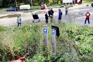 Bilar eller lekande barn? Åsikterna går isär om vad eller vilka grusplanen nedanför Hemlingbybacken ska vara till för.