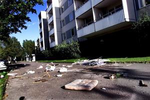 Öster 2000: En lägenhetsinnehavare hade kastat ut innerdörrar, pinnstolar, vädringsställ och soppåsar.