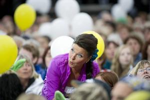 Lotta Engberg bland ballonger vid premiären av