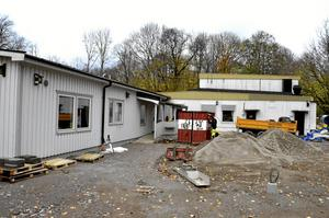 Fritids och den gamla idrottshallen på Hidinge skola under byggperioden. Hallen i bakgrunden kommer att användas även av den nya fritidsgården som öppnar den 17 januari. Foto: Peter Eriksson/Arkiv