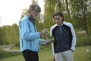 Ledaren Bino Rindestig och Linus Magnusson samtalar.
