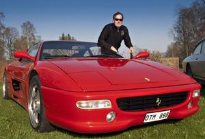– Men det är skönt att hoppa in i Corolla -kombin också, säger Lars Englund, Kilafors, som hittar på ursäkter för att åka med sin Ferrari så ofta han kan.