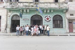 Jan Emanuel Johansson och hans stab utanför restaurangen i Havanna.