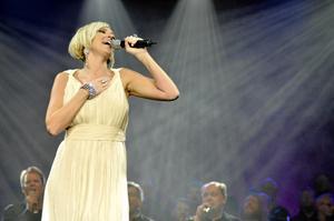 """Hyllning. Sanna Nielsen sjöng """"I will always love you"""" som en hyllning till nyligen bortgångna Whitney Houston. Framförandet belönades med stående ovationer."""
