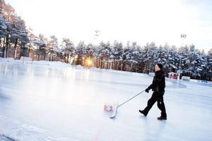 """Syskonen Jonas Eriksson och Hanna Brande har promenerat från Lugnvik till Östersund. """"Det är skönt väder, kallt, klart och inte blåsigt. Man får klä på sig bara"""", säger Hanna Brande."""
