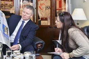 På jobbet. Här intervjuar Erika den polska ambassadören i Qatar.