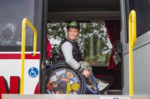 William Jonsson tycker att det är bra att det nu finns en anpassad buss. Tidigare har han fått krypa in i bussen när skolan ska på utflykt.