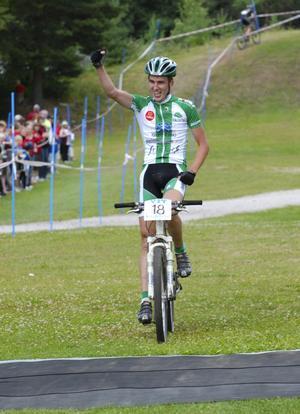 Lycklig segrare. Magnus Darvell sträcker upp armen i en segergest över karriärens första individuella SM-guld. Foto:Jörgen Wåger