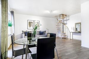 Lägenheten har en öppen planlösning mellan kök och vardagsrum med gott om plats för önskad möblering.