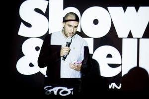Spoken word och Youtube-klipp kombinerades på Gävle teater.Foto: Saga Berlin
