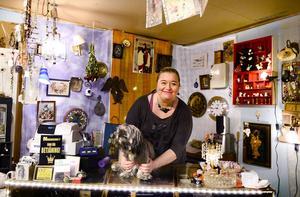 Ägarinnan Suzanne Lundin trivs bakom disken i sin loppis, två gånger i månaden köper hon in dödsbon och håller på så vis flödet av saker i gång.