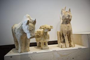 Grovhuggna statyer i trä av Sara Barnard.