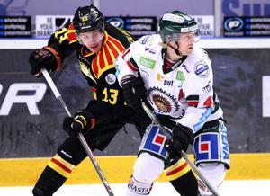 Sondre Olden i kamp med en annan norrman, Frölundas Mathis Olimb under förra säsongen.