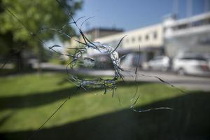 Polisens skott krossade fönstret.