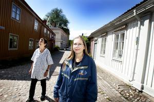 Vandrarguider. Barbro Sollbe och Fredrika Nordahl Westin är guider på tisdagskvällens stadsvandring i Gamla Gefle.