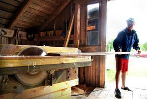 Hemma på gården i Strömbacka har Anton en egen verkstad i den ena logen.