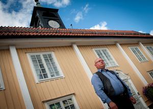 Här vid Rådhuset på Stora Torget i Norrtälje är det många som fått sig en lektion om stadens historia av Michael Blum. Fotograf: Anette Jansson-Bougt