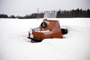 LANDMÄRKE. Redan vid infarten till Ockelbo finns den första orangea stoltheten, djupt begravd i en snödriva.
