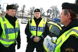 Polisen i Askersund får åter poliser i yttre tjänst. Nyanställda Daniel Ellqvist och Rasmus Eriksson diskuterar dagen med Nils-Olof Tivemyr.