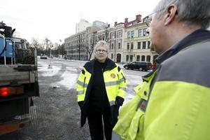 Nu är det dags. Torgmästare Sonja Svensson arbetar för att såväl knallar som marknadsbesökare ska få fina dagar.