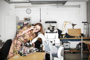 Danica Kragic är professor och robotforskare vid Kungliga Tekniska Högskolan, här med en PR2-robot.