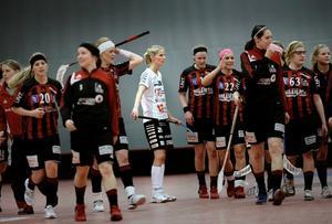 ÖSK-tjejerna får vänta med segerjublet. Nu måste laget vinna måndagens match mot Karlstad för att nå elitserien.