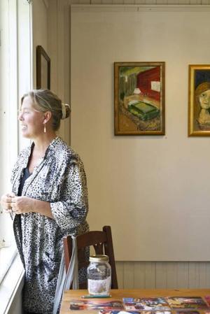 """KONSTNÄREN I RUMMET. Petra Werner Kjellberg blickar ut mot Älvkarlebyfallen från utställningen """"Forgotten rooms"""" på Galleri Luckan, på Laxön.Foto: Therese Eriksson"""
