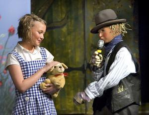 Dorothy spelas av Anna Bodell. Här möter hon fågelskrämman, spelad av Tova Gustafsson.