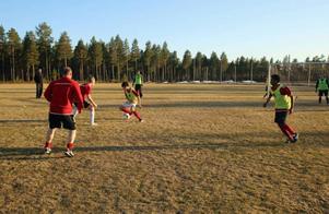 Svegs A-lag var mycket nöjda med att få träna på gräs redan den här veckan.