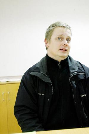 """""""Det finns ingen förälder i världen som riskera sitt eget barn"""", säger Fredrik Jonsson. Han och flera andra längs Annersia tycker att säkerheten längs väg 604 är alldeles för dålig för att släppa ut barnen på.Foto: Henrik Flygare"""