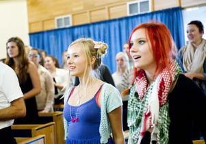 Eleverna sjöng, dansade och klappade händer.