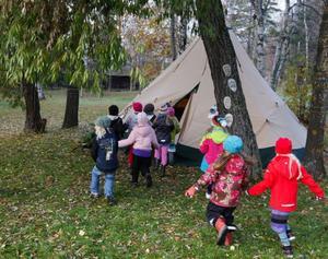 Full fart mot tältet, men väl där inne var barnen lite försiktigare. En del barn tyckte att det var lite skrämmande med skinn och klor från olika rovdjur.Foto: Jan Andersson