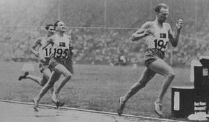 Henry Eriksson spränger målsnöret – och Lennart Strand håller precis undan för holländaren Slijkhuis och tar silvret.