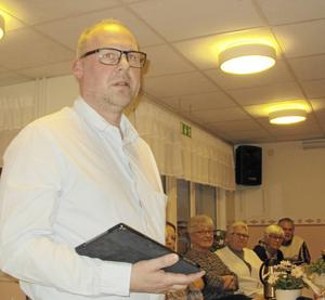 Riksdagsman Patrik Engström fick svara på frågor om invandring och orättvisa pensionärsskatter när han besökte PRO Grytnäs.