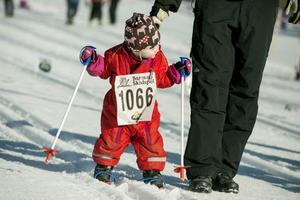 Lite extra stöd kan behövas för de allra minsta deltagarna i Barnens Skidspel.